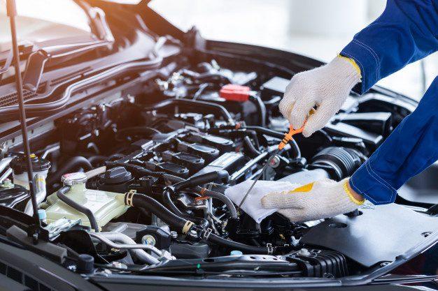 ¿Cómo revisar los niveles de aceite de un auto?